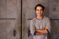 Porträt männlichen Designer-Standing In Modern-Büros Stockbilder