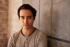 Porträt männlichen Designer-Standing In Modern-Büros Lizenzfreie Stockfotografie