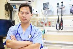 Porträt männlichen Doktors In Emergency Room Lizenzfreie Stockbilder