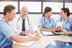 Porträt männlichen Doktors lächelnd im Konferenzsaal Lizenzfreie Stockfotografie