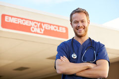 Porträt männlichen Doktors Standing Outside Hospital Stockfotos