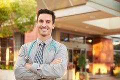 Porträt männlichen Doktors Standing Outside Hospital Lizenzfreies Stockfoto