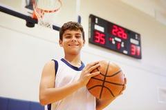 Porträt männlichen Highschool Basketball-Spielers Stockbilder