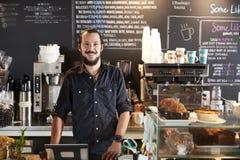 Porträt männlicher Kaffeestube Barista Behind Counter In stockbild
