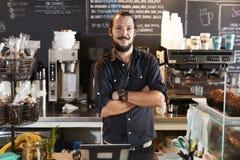 Porträt männlicher Kaffeestube Barista Behind Counter In lizenzfreies stockbild
