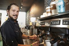 Porträt männlicher Kaffeestube Barista Behind Counter In lizenzfreies stockfoto
