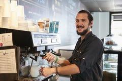 Porträt männlicher Kaffeestube Barista Behind Counter In lizenzfreie stockfotografie