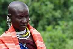 Porträt-Masai-Frau, die ihr Trachtenkleid trägt lizenzfreie stockfotos