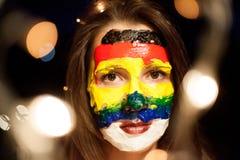 Porträt mit einer Gesichtskunst auf einem jungen Mädchen nachts mit bokeh, Belgrad Serbien lizenzfreie stockfotografie