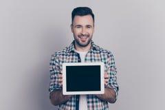 Porträt mit Kopienraum von jungem, lächelnd, nette Mannvertretung stockbild