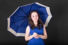 Porträt mit Regenschirm lizenzfreie stockfotos