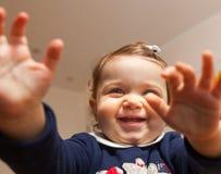 Porträt mit Weitwinkel eines kleinen Mädchens, das zu Hause spielt Lizenzfreies Stockfoto