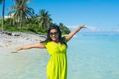 Porträt nah oben vom jungen schönen asiatischen Mädchen, das oben auf dem Strand und den steigenden Händen steht Lizenzfreie Stockfotos