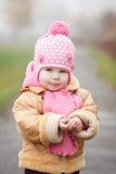 Porträt nette kleine 2 Jahre alte girlin Herbst Stockfotos