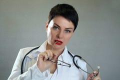Porträt netten glücklichen Doktors im Krankenhaus Freundlicher weiblicher Doktor stockbilder