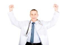 Porträt netten männlichen Doktors mit den angehobenen Armen lizenzfreies stockfoto