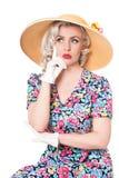 Porträt netten Retro- blonden tragenden Sonnenhutes, Sitz-, lokalisiertes O Lizenzfreies Stockfoto