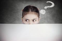 Porträt neugierig, misstrauisches junges Mädchen, Student, Schulschüler stockbild