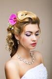 Frische. Weiblichkeit. Schönheits-Porträt der noblen Frau mit Blumen. Verträumtheit Stockbilder