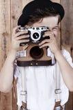 Porträt ofa Junge auf hölzernem Hintergrund Stockfotos