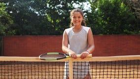 Porträt recht jungen Tennis playgirl, das mit Schläger steht stock footage