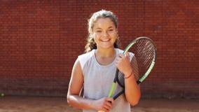 Porträt recht jungen Tennis playgirl, das mit Schläger steht stock video