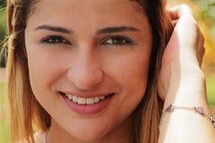Porträt-recht kolumbianisches Mädchen, welches das Kamera-Lächeln betrachtet Stockbild