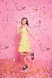 Porträt reizend Tanzen des lachenden ladyon Rosahintergrundes Lizenzfreies Stockfoto