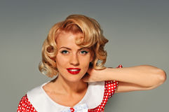 Porträt Retro- blonde Pinupfrau Lizenzfreie Stockfotos