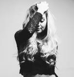 Porträt schönen Blondine, die hinter ihrem Haar sich verstecken Stockbilder
