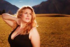Porträt schönen Blondine mit köstlicher Spaltung Lizenzfreie Stockfotografie