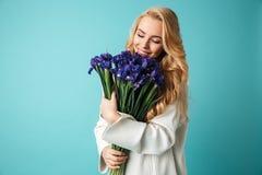 Porträt schönen jungen Blondine in der Strickjacke stockfoto