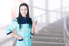 Porträt schönen jungen Doktorlächelns stockbilder