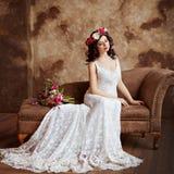 Porträt schönen sinnlichen Mädchen Brunette im weißen Spitzekleid Stockfotografie