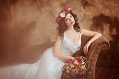 Porträt schönen sinnlichen Mädchen Brunette im weißen Spitzekleid Stockfoto