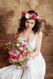 Porträt schönen sinnlichen Mädchen Brunette in weißen Spitze dres Stockbild