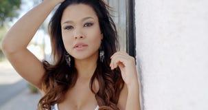 Porträt schöner Dame Posing Outdoor stock video