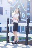 Porträt schöner junger Dame im informellen Kleid des Geschäfts auf einem Hintergrund das alte Stadtzentrum Lizenzfreie Stockfotos