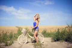 Porträt schöner Reise junger Dame mit Zyklus Lizenzfreie Stockfotos