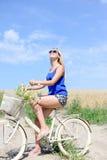 Porträt schöner Reise junger Dame mit Zyklus Lizenzfreies Stockbild