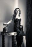 Porträt schöner sinnlicher junger Dame mit stilvollem Telefon Stockfotografie
