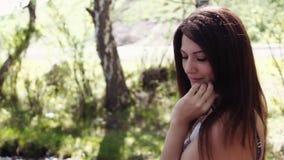 Porträt Schönes Mädchen, das Gesicht im sonnigen Sommerwetter aufwirft Langsame Bewegung stock footage