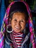 Porträt schwarzer Hmong-Frau, die traditionelle Kleidung trägt, Sapa, Lizenzfreie Stockfotos