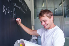 Porträt sehr glücklichen Junge, männlicher Student lizenzfreie stockbilder