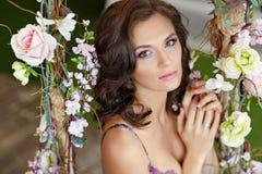 Porträt sehr schönen interi Blume des Brunettemädchens im Frühjahr Stockfoto