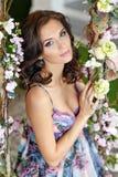Porträt sehr schönen interi Blume des Brunettemädchens im Frühjahr Stockfotos
