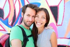 Porträt selfie des glücklichen Paars, Berlin Wall, Deutschland Stockfotos
