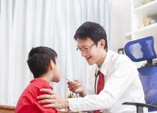 Porträt stolzen Doktors mit Stethoskop Doktor, der ein Chi überprüft lizenzfreie stockbilder