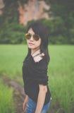 Porträt tragende Gläser einer schönen asiatischen Frau am Getreidefeld morgens Lizenzfreie Stockfotografie