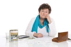 Porträt: Traurige, arme und deprimierte alte Frau: Konzeptpensionär m Stockbild